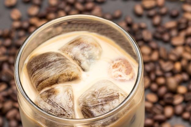 Cubos de gelo de café em copo com leite.