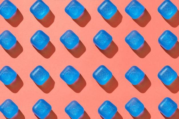 Cubos de gelo de plástico azul com padrão geométrico diagonal com sombras sólidas