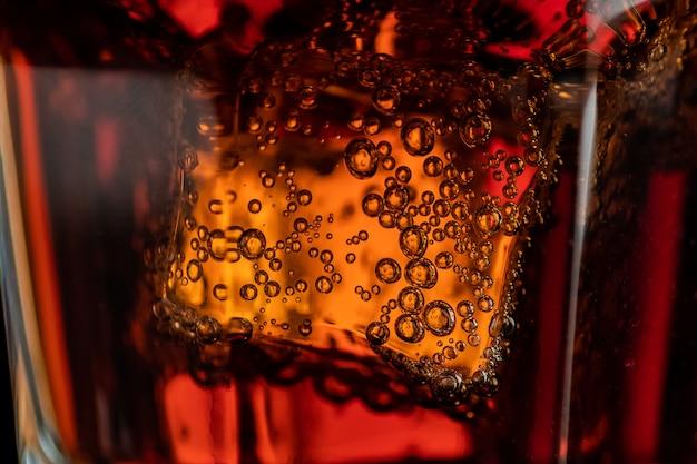 Cubos de gelo e bolhas de refrigerante
