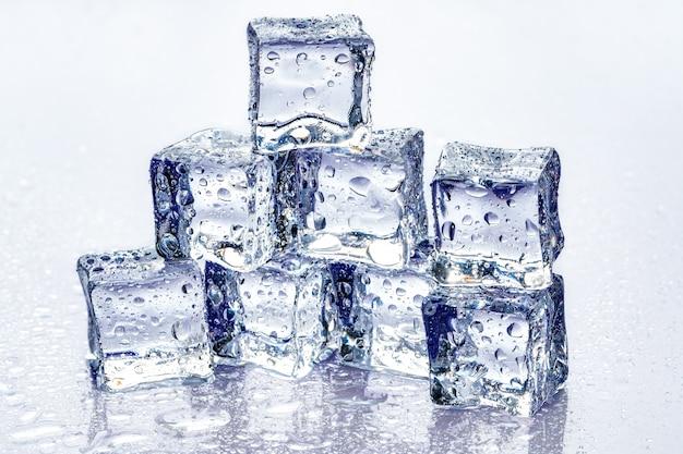 Cubos de gelo em azul