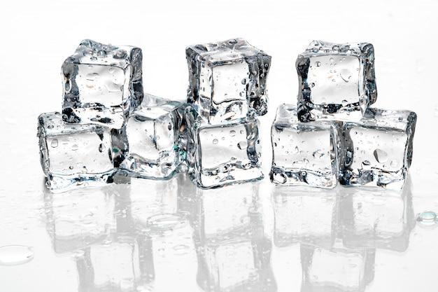 Cubos de gelo em branco.