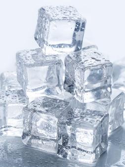 Cubos de gelo em cima da mesa