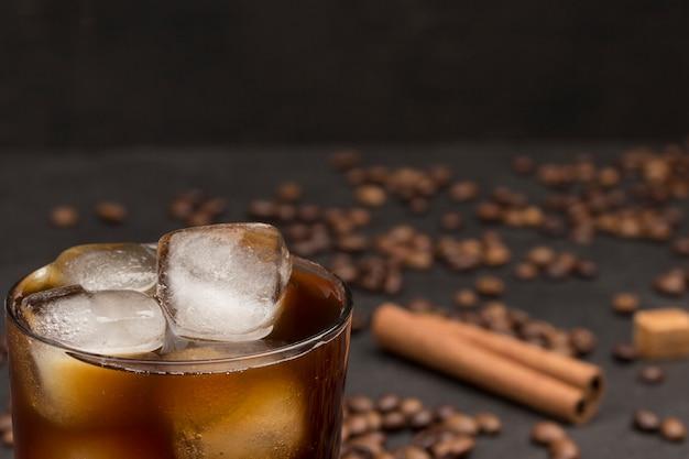 Cubos de gelo em copo com café.