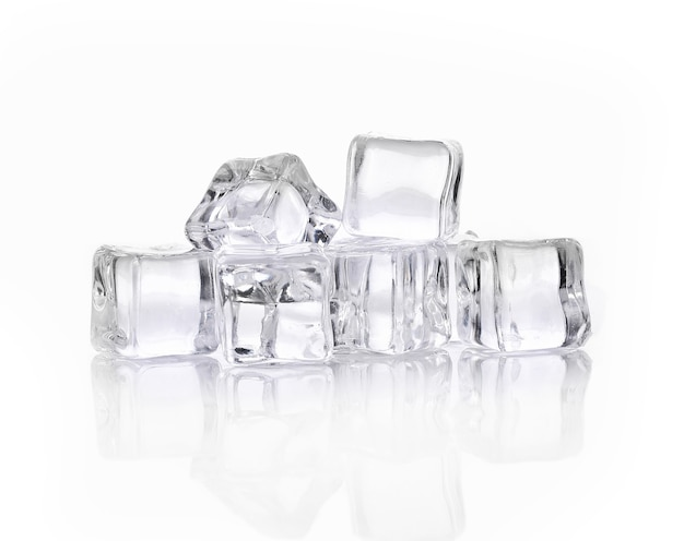 Cubos de gelo em fundo branco