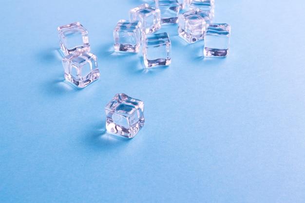 Cubos de gelo em um fundo azul claro