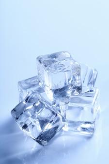 Cubos de gelo isolados em azul