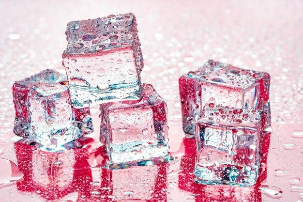 Cubos de gelo na cor rosa