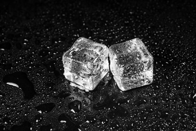 Cubos de gelo na mesa preta