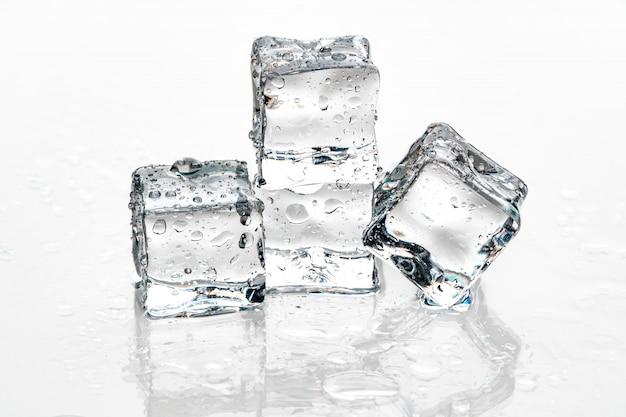 Cubos de gelo na parede branca.