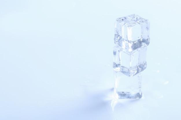 Cubos de gelo na superfície branca com copyspace