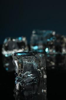 Cubos de gelo na superfície escura