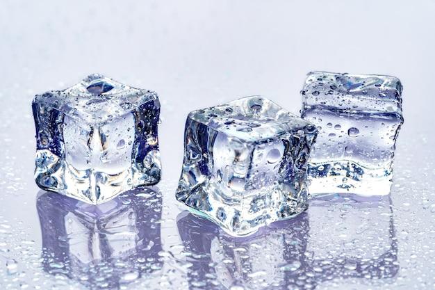 Cubos de gelo no fundo azul