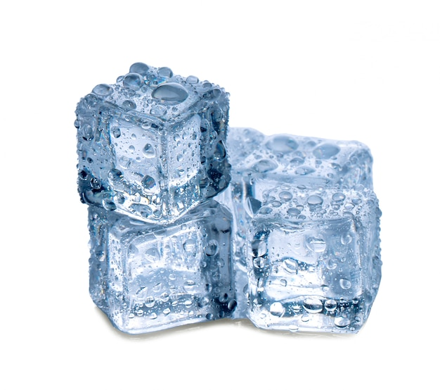 Cubos de gelo no fundo branco