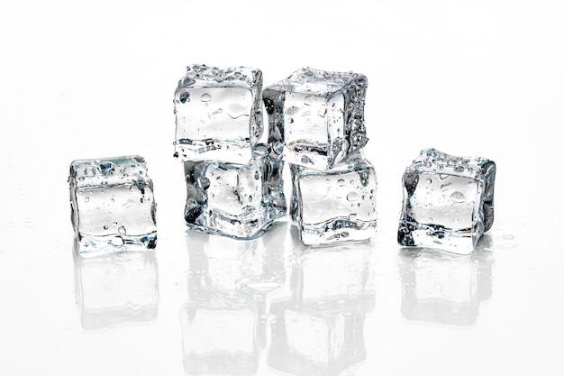 Cubos de gelo no fundo branco,