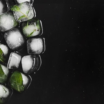 Cubos de gelo turvo com sabor a derreter