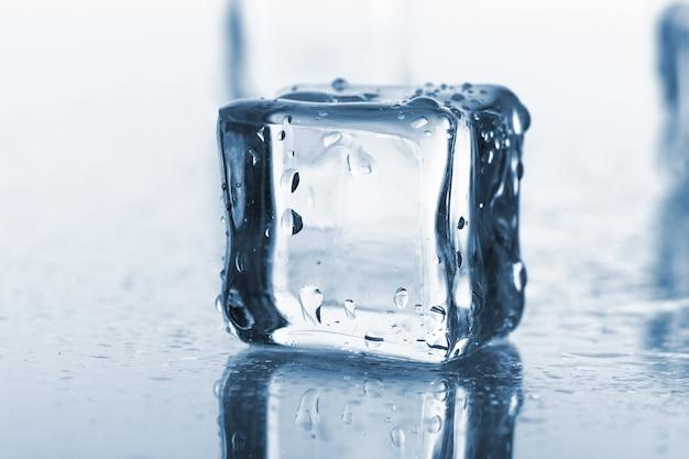 Cubos de gelo úmido e frio