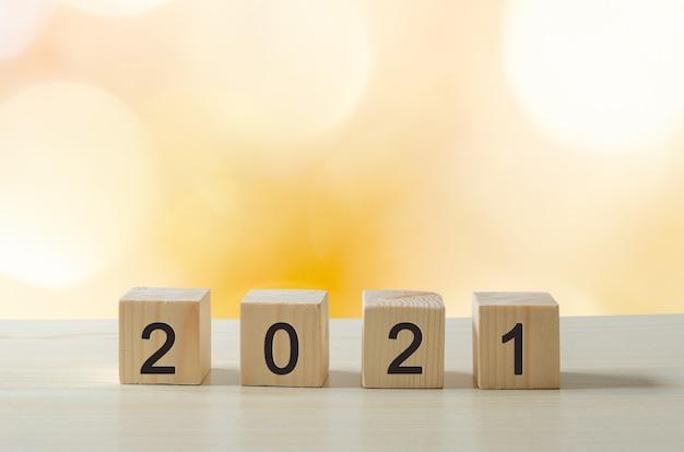 Cubos de idéias criativas de feliz ano novo de 2021 em mesas de madeira