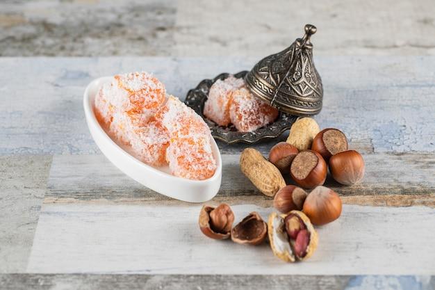 Cubos de laranja lokum servidos com nozes