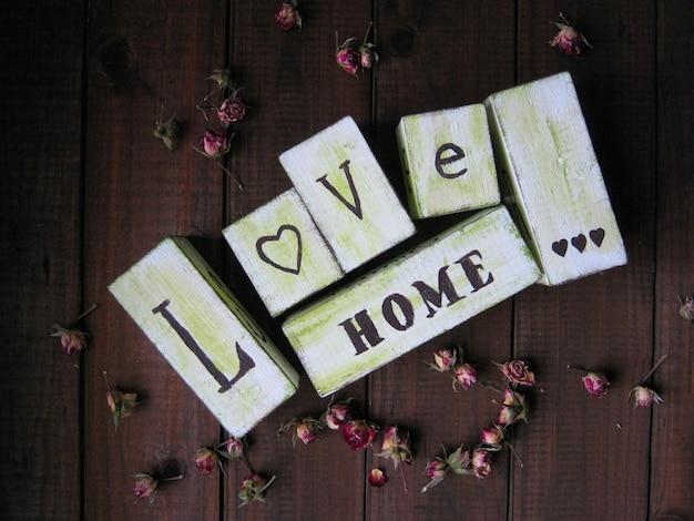 Cubos de letras de casa de amor da família