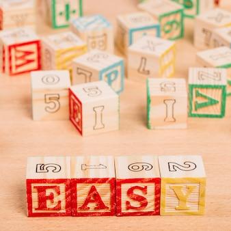 Cubos de madeira brilhantes com título fácil