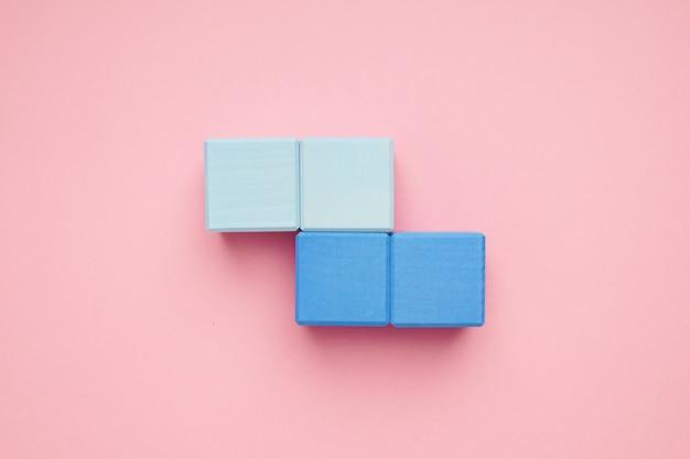 Cubos de madeira coloridos. brinquedos de criatividade. blocos de construção para crianças