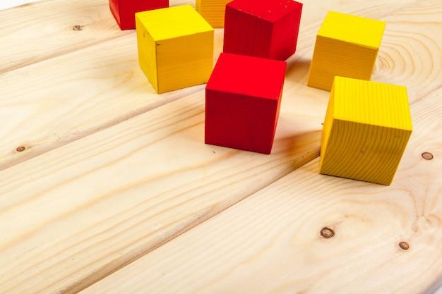 Cubos de madeira coloridos na mesa de madeira