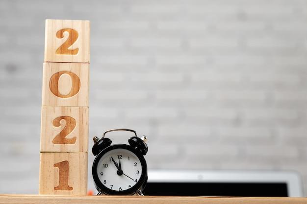 Cubos de madeira com ano 2021 na mesa de trabalho. conceito do ano 2021