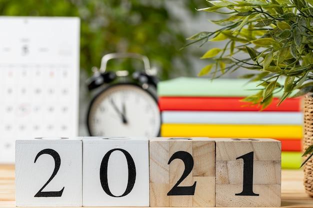 Cubos de madeira com ano 2021 na mesa de trabalho Foto Premium