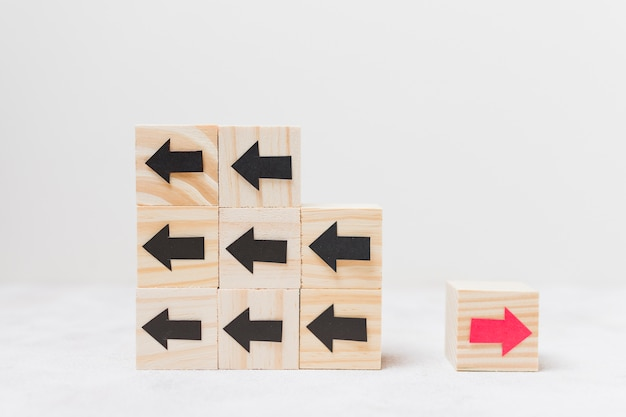 Cubos de madeira com conceito de originalidade de flechas
