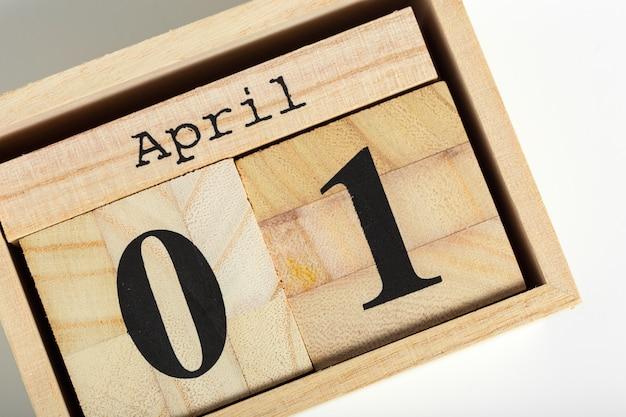Cubos de madeira com data. 1 de abril
