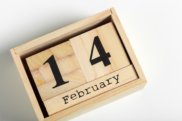 Cubos de madeira com data de 14 de fevereiro