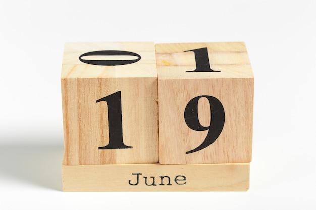 Cubos de madeira com data de 19 de junho