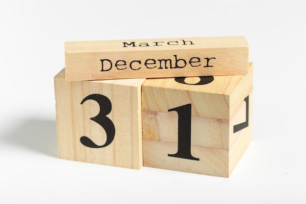 Cubos de madeira com data de 31 de dezembro