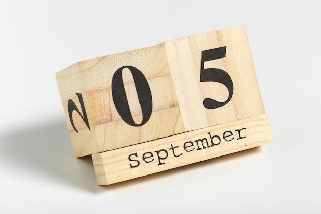 Cubos de madeira com data de 5 de setembro