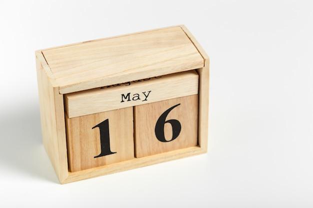 Cubos de madeira com data em fundo branco. 16 de maio
