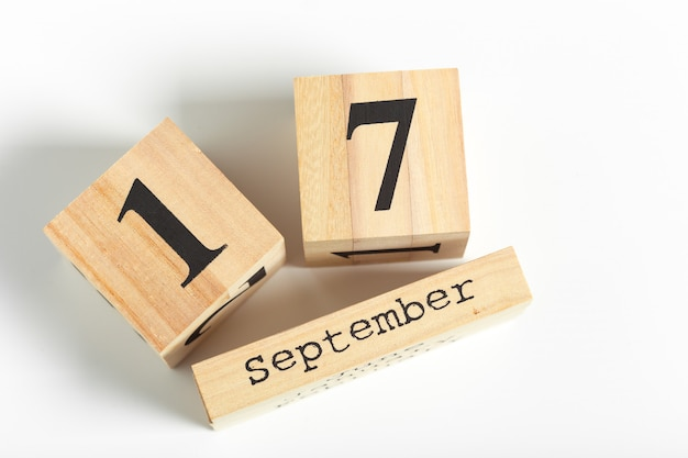 Cubos de madeira com data em fundo branco. 17 de setembro
