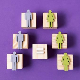 Cubos de madeira com estatuetas de mulheres verdes e homens azuis
