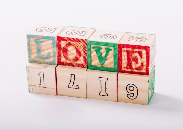 Cubos de madeira com inscrição de amor