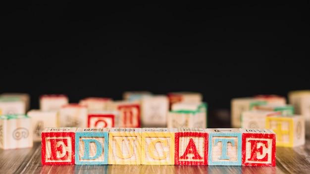 Cubos de madeira com inscrição de educar