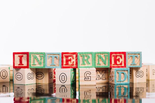 Cubos de madeira com inscrição de internet