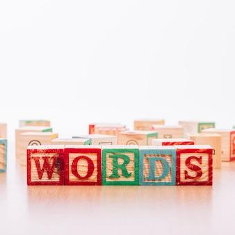 Cubos de madeira com inscrição de palavras