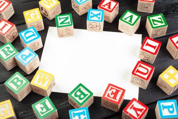 Cubos de madeira com letras com espaço de cópia