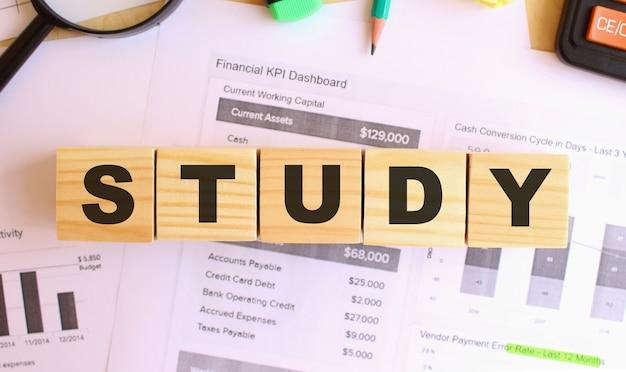Cubos de madeira com letras em cima da mesa do escritório. estudo de texto