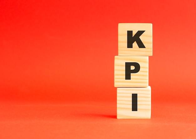 Cubos de madeira com letras kpi