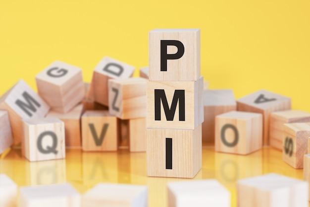 Cubos de madeira com letras pmi dispostos em uma pirâmide vertical conceito de negócios pmi abreviação de instituto de gerenciamento de projetos