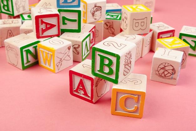 Cubos de madeira com letras