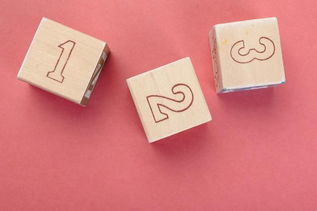 Cubos de madeira com números na mesa close-up