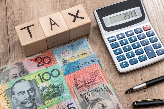 Cubos de madeira com texto taxam dólar australiano