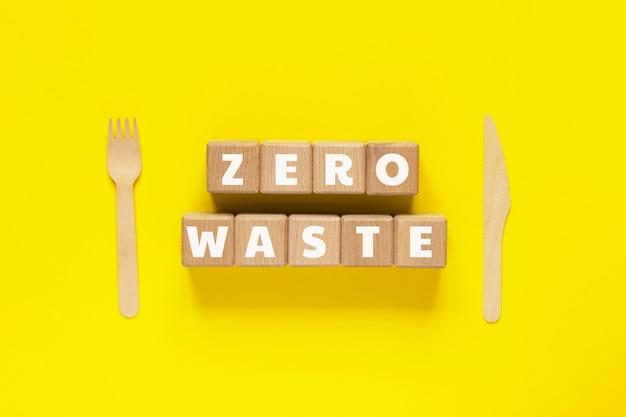 Cubos de madeira com texto zero waste,