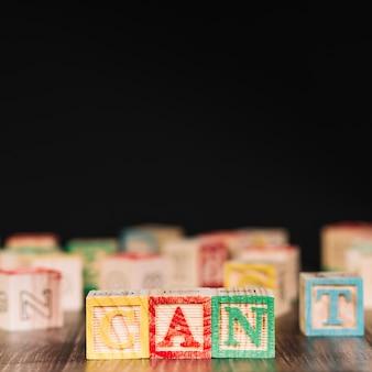 Cubos de madeira com título de lata